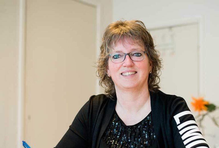 Karla Dijkstra Voedingscoach achter bureau e1628862136297